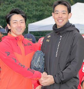 秋山翔吾(右)と小泉進次郎環境相