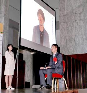 西武のチームメートの源田壮亮からのビデオメッセージを聞く秋山翔吾(カメラ・竜田 卓)