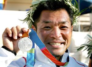04年アテネ五輪で銀メダルを獲得した山本(ロイター)