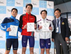 男子200メートル平泳ぎ17歳以上決勝、表彰式で笑顔を見せる(左から)2位の瀬戸大也、1位の渡辺一平、3位の佐藤翔馬、北島康介氏
