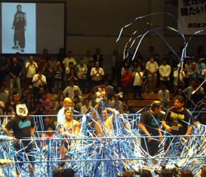 今年6月18日の青木篤志さん追悼セレモニーでは青い紙テープが飛び交った(後楽園ホール)
