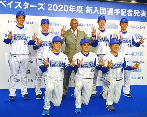 ラミレス監督(後列中央)とビクトリーポーズをきめるDeNAの新入団選手(前列左から坂本、森、伊勢、後列左から蝦名、東妻、(1人おいて)田部、・浅田