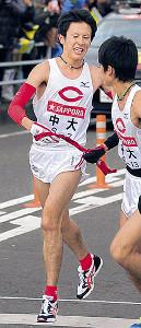 2012年の箱根駅伝で7区9位の成績を残した須河(左)