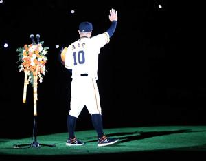 引退の挨拶を終え、ファンに手を振る阿部