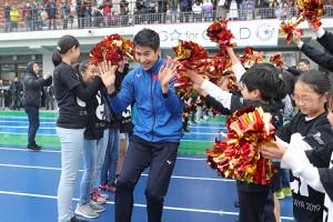 小学生の歓迎を受ける飯塚翔太