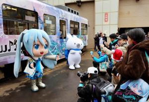 雪ミクダヨー(左)とラビット・ユキネの着ぐるみに大勢のファンがカメラを向けた