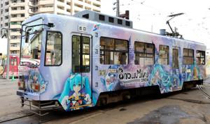 2020年の衣装の雪ミクでラッピングされた雪ミク電車