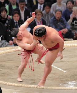 炎鵬(左)がすくい投げで大栄翔を破る(カメラ・保井 秀則)