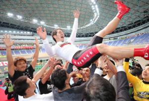 競輪祭で優勝して、胴上げされる松浦悠士
