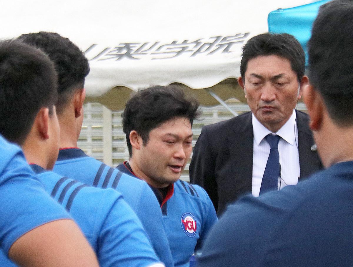 試合後、涙ながらにあいさつする山梨学院大・磯部主将(左、右は梶原監督)