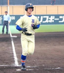 尽誠学園戦で3回に満塁弾を放ってホームインする松本