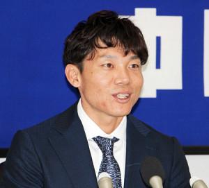 ナゴヤ球場で契約更改に臨む大島洋平