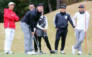 選手会ゴルフコンペで楽しそうにラウンドする(左から)西川、鈴木、田中広、菊池涼