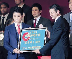 ラグビー日本代表のトンプソン(右)から記念品を受け取る坂本勇