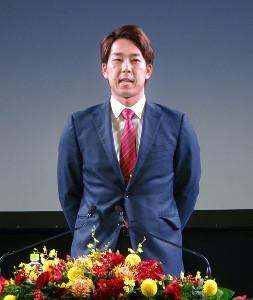 ロッテから国内FAで移籍し、入団会見を行った楽天・鈴木