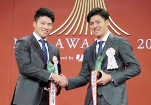 セ・リーグ新人王に選出されたヤクルトの村上宗隆(左)とパ・リーグ新人王に選出されたソフトバンクの高橋礼(右)はがっちり握手