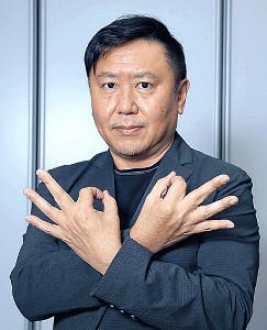 劇中の「埼玉ポーズ」で喜ぶ武内英樹監督