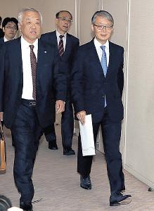 会場に入る巨人・山口オーナー(手前右)と阪神・藤原オーナー(同左)