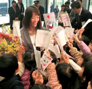 石川県スポーツ特別賞贈呈式で県庁を訪れ、園児たちに囲まれる川井梨紗子