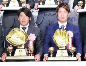 表彰式に出席した阪神・梅野(左)と西