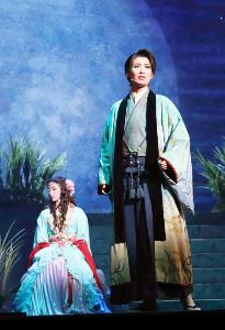 兵庫・宝塚バウホールで開幕した宝塚歌劇星組「龍の宮物語」の一場面。玉姫(有沙瞳、左)に池の底の「龍の宮」に連れられた清彦(瀬央ゆりあ)