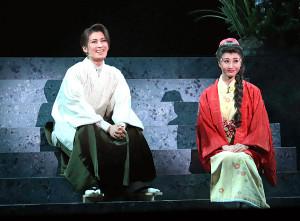 清彦(瀬央ゆりあ、左)は下宿先の娘・百合子(水乃ゆり)に思いを寄せている