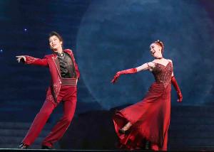 フィナーレで有沙瞳(右)とデュエットダンスを踊る瀬央ゆりあ
