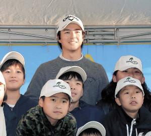 試合後のイベントで、子どもたちと記念撮影に参加した石川遼(上)