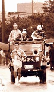 1980年箱根駅伝8区を力走する早大・金山雅之(黒木さん)。監督車の助手席で中村清監督、後列中央で瀬古利彦が見守る