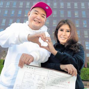 婚姻届を手にハートマークを作って笑顔を見せる内山信二と琴さん(カメラ・小泉 洋樹)