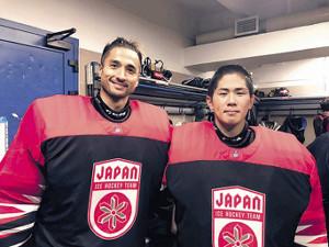 11月のユーロチャレンジで共にプレーした佐藤(右)と福藤(日本アイスホッケー連盟提供)
