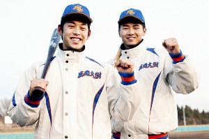 バットを手に笑顔でガッツポーズする盛岡大付・峰(左)と平賀(右)