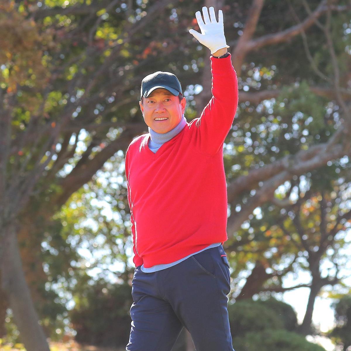 納会ゴルフで、カメラに向かって手を振る原辰徳監督