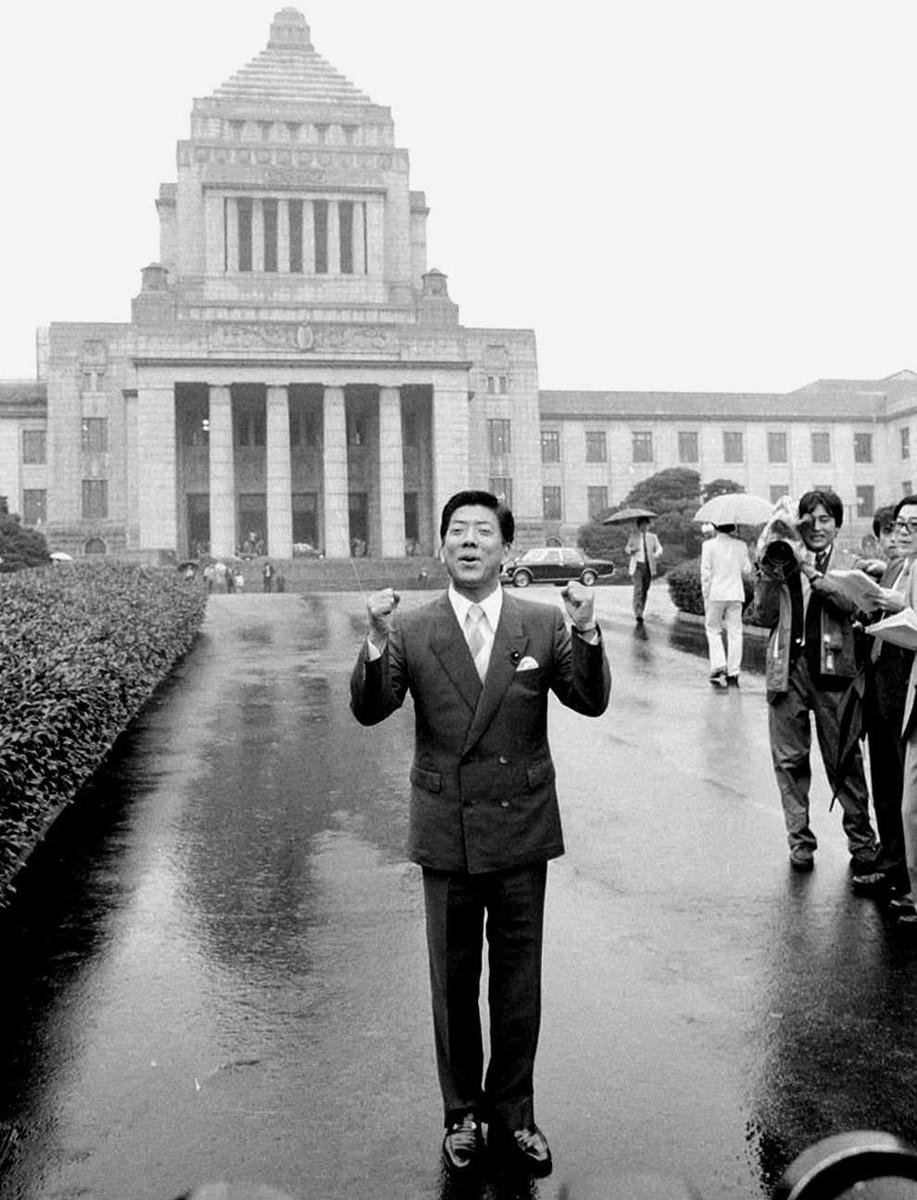86年7月、参議院初登院を前に国会議事堂前でガッツポーズする西川きよし