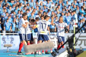 前半8分、仲川輝人のゴールで先制し、喜ぶ横浜Mイレブン