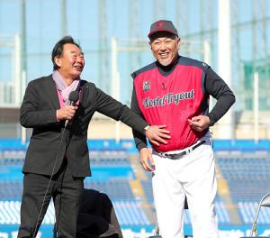 トークセッションでゲストの東尾氏(左)におなかを触られる清原監督