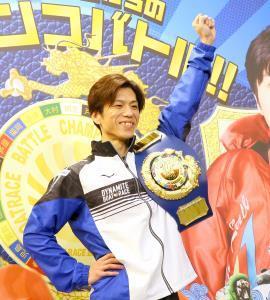 優勝ベルトを肩にかける1着の田村隆信
