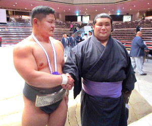 アマ横綱に輝いた谷岡(左)は近大の先輩で、九州場所で三段目優勝した元林(鳴戸)とがっちり握手