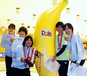 バナナパワーも借りて初優勝を飾った(左から)北大の宇野、淡路、日浦、永原、浦滝