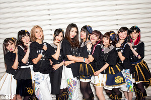 2日間の合同ライブを終え、笑顔を見せるRoseliaとRAISE A SUILENのメンバー Photo:畑 聡(C)BanG Dream! Project