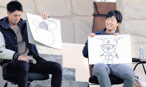 ジャビットを描き笑顔の畠(右)と若林