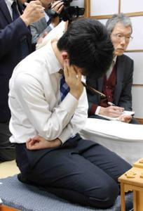 王将戦挑戦者決定リーグ最終局、まさかの頓死で敗れ、うなだれる藤井七段(11月19日、将棋会館で)