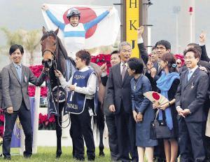 13年、香港スプリント連覇で有終の美を飾ったロードカナロア。笑顔の安田隆調教師(右端)は今年、産駒のダノンスマッシュで戻ってくることになった