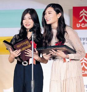 「ユーキャン新語・流行語大賞」のトップテンに「タピる」が選ばれ、スピーチする「たぴりすと。」の奈緒さん(左)と華恋さん(カメラ・森田 俊弥)