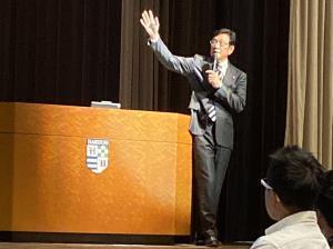 学生に講義をする日本ハム・栗山英樹監督