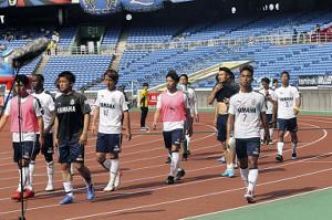 0―4と大敗した横浜M戦後、ピッチを去る磐田イレブン