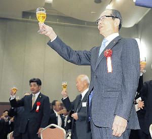 工藤監督(後方左)とともに乾杯する王会長