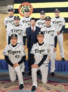 矢野監督を中心に緊張した表情の新入団選手たち