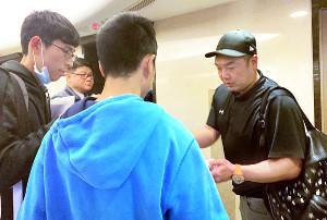 台湾でサイン攻めに遭う阿部2軍監督
