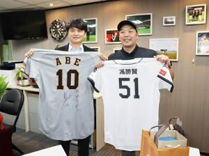 CPBLの馮勝賢秘書長とユニホームを交換した阿部2軍監督(右)(カメラ・尾形 圭亮)